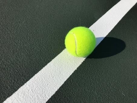 fcc0b740426ceb231e9d0977220df6dd_tライン上のテニスボール.jpeg